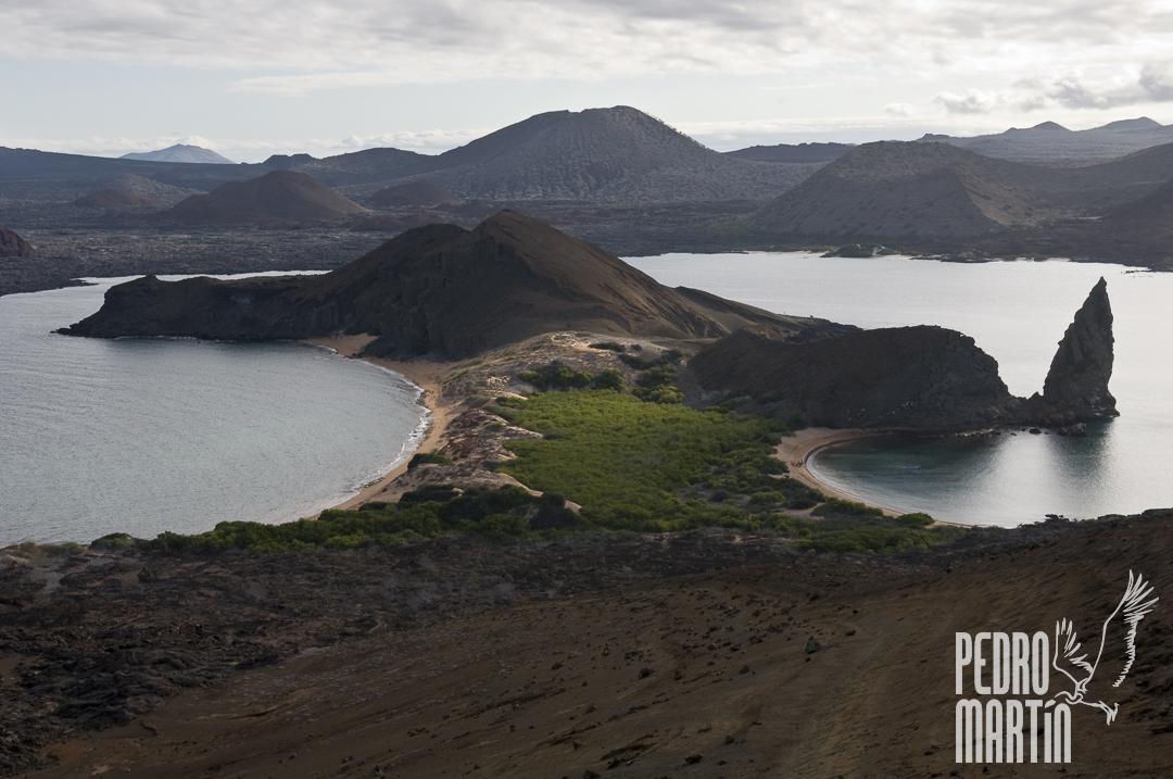 Vista de la Isla Bartolomé y el Pináculo de Roca, con la Isla Santiago al fondo