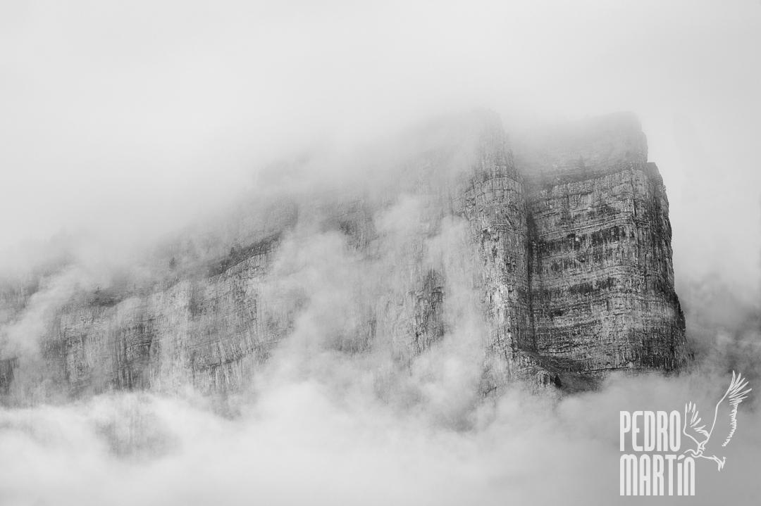 Peñas entre la niebla
