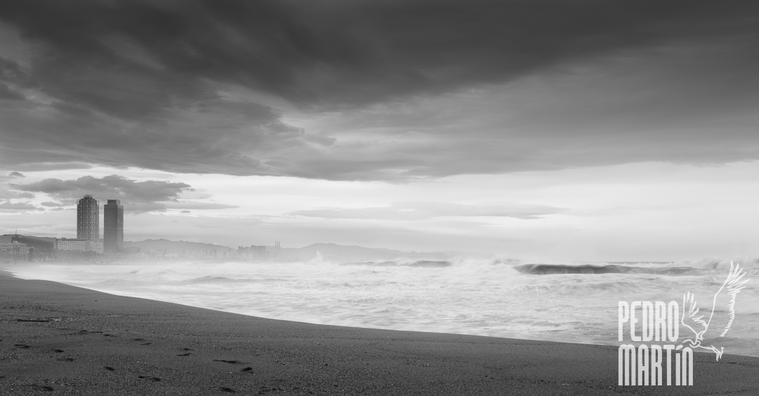 Temporal de levante em la playa de la Barceloneta