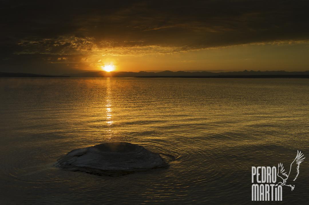 Amanecer en el Yellowstone Lake con el Fishing Cone en primer plano
